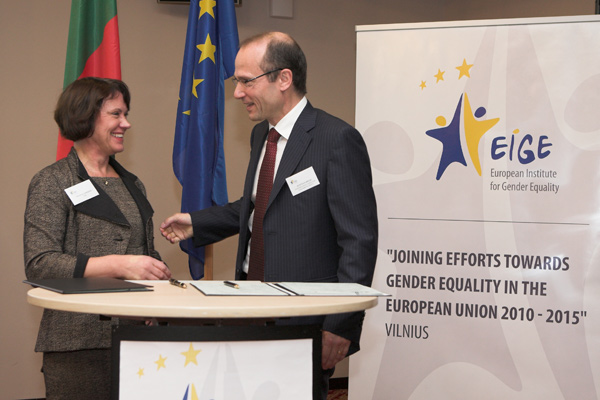 EIGE's Director Virginija Langbakk and FRA Director Morten Kjaerum signing the cooperation agreement